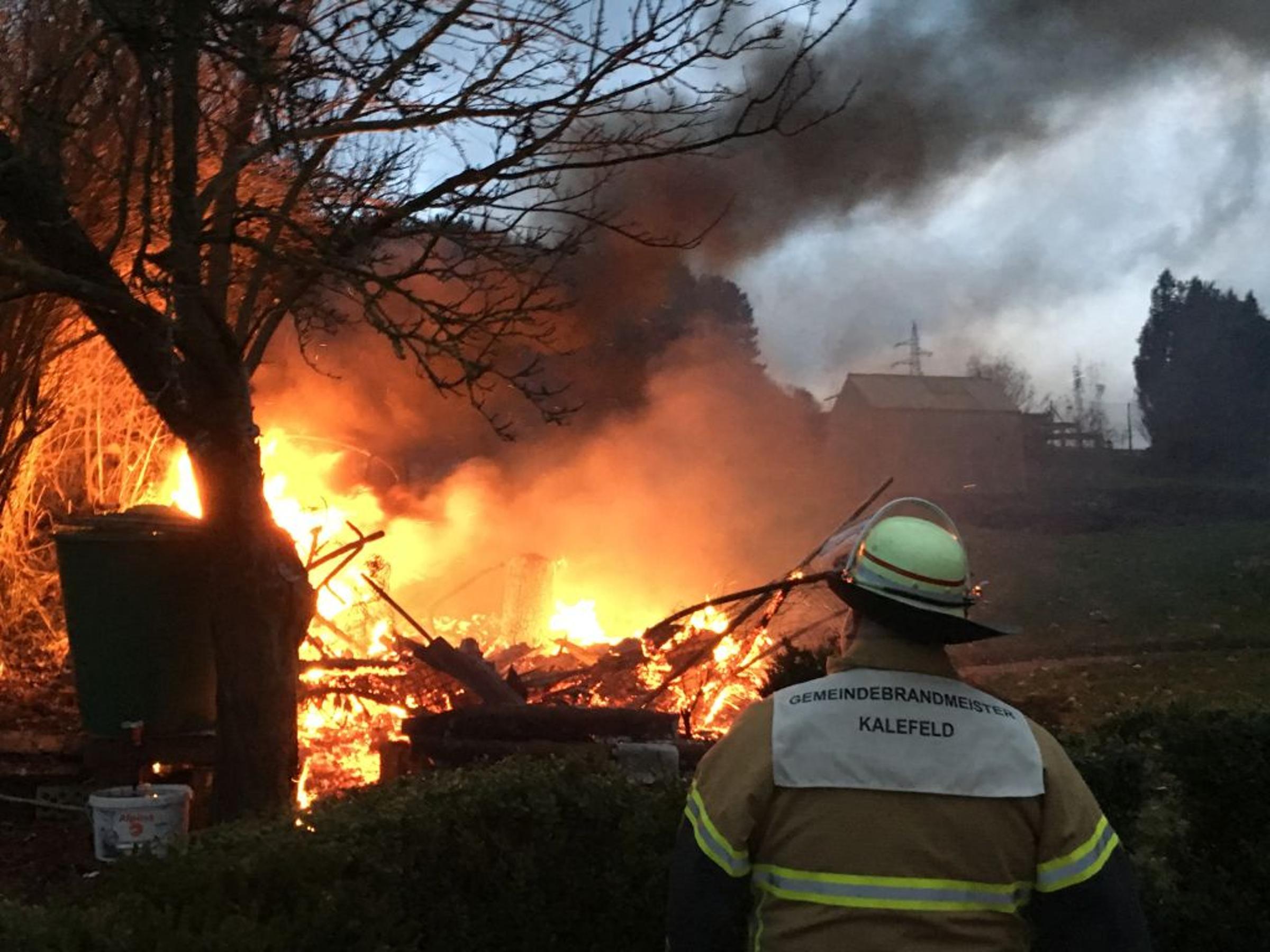 Meterhohe Flammen: Geräteschuppen brennt in Oldenrode nieder