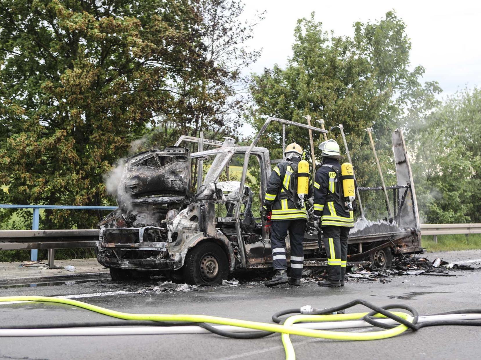 Wohnmobil brennt auf der A7 aus