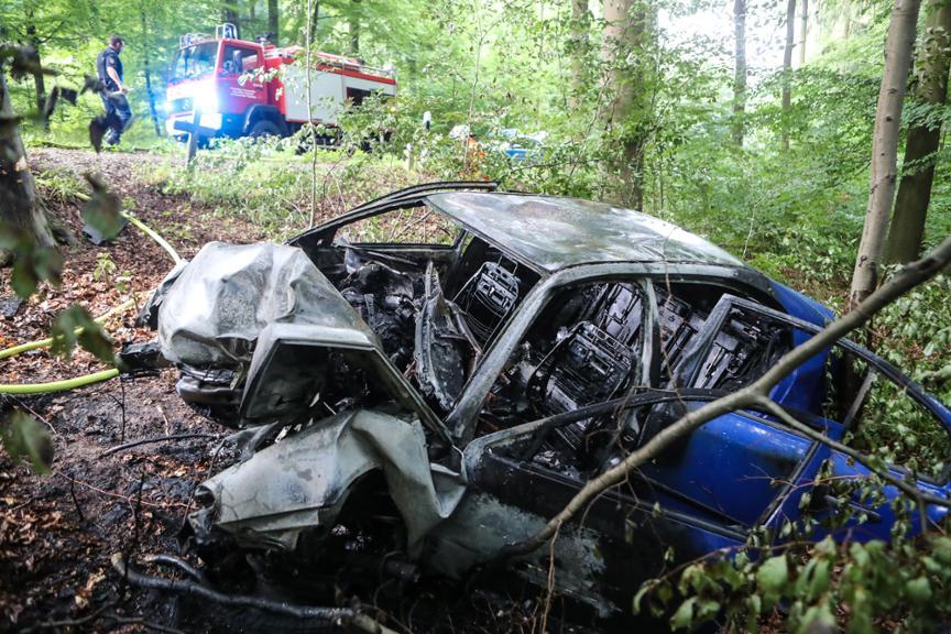 Schwerer Unfall bei Sebexen: Auto in Flammen