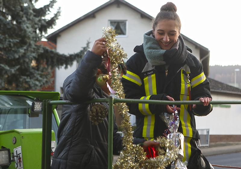 Kinder schmücken Echter Weihnachtsbaum