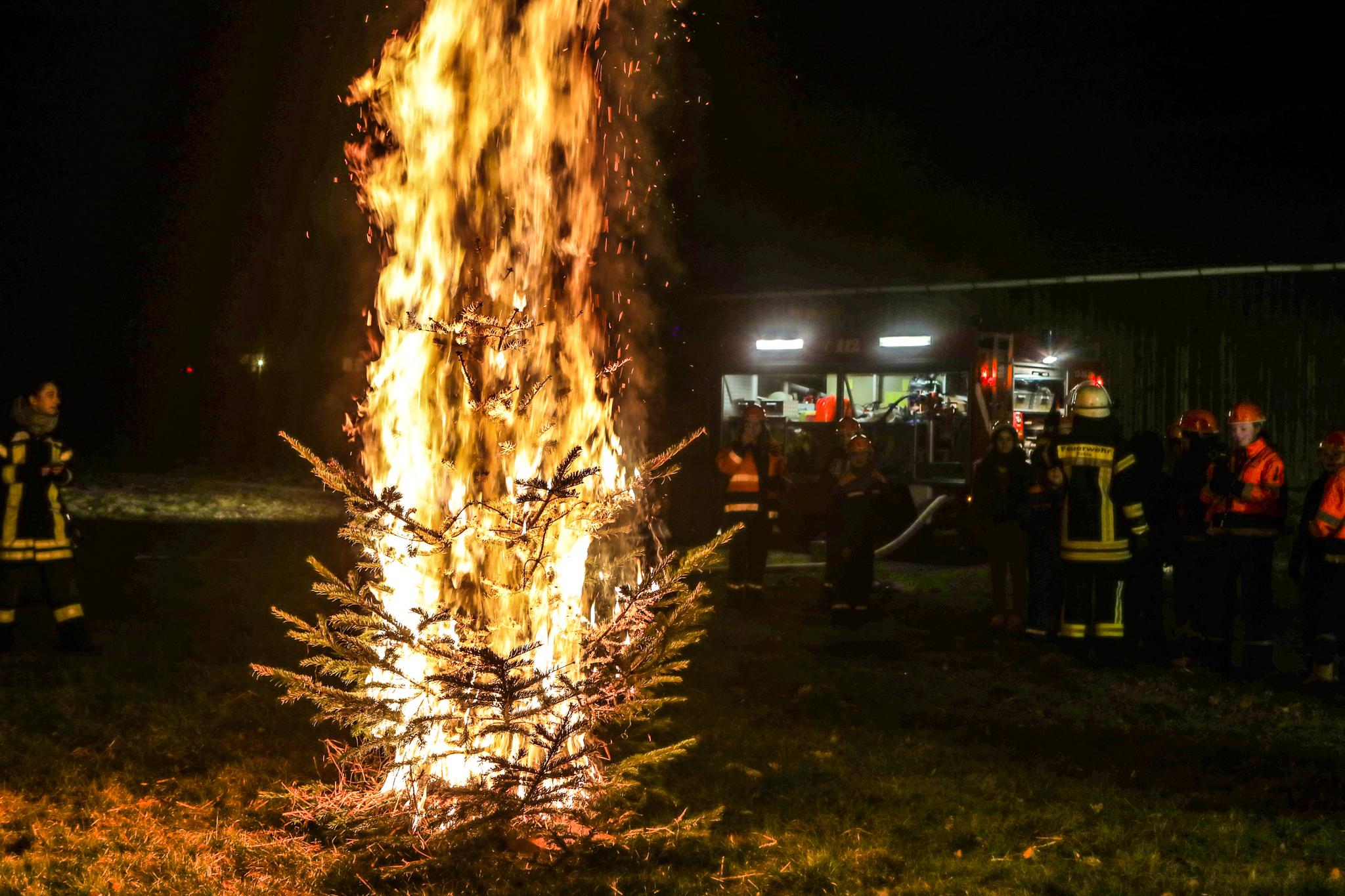 Feuer und Flamme: Jugendfeuerwehr löscht brennende Tannenbäume