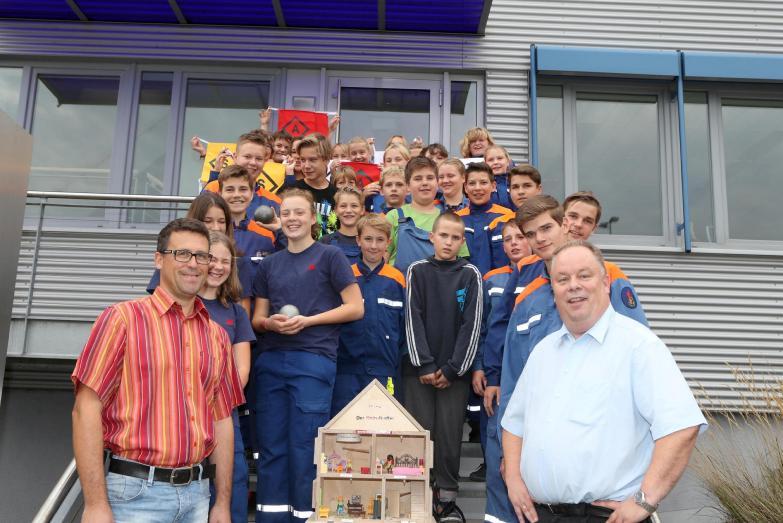 Rheinische Kunststoffwerke spenden 1000 Euro an Jugendfeuerwehren