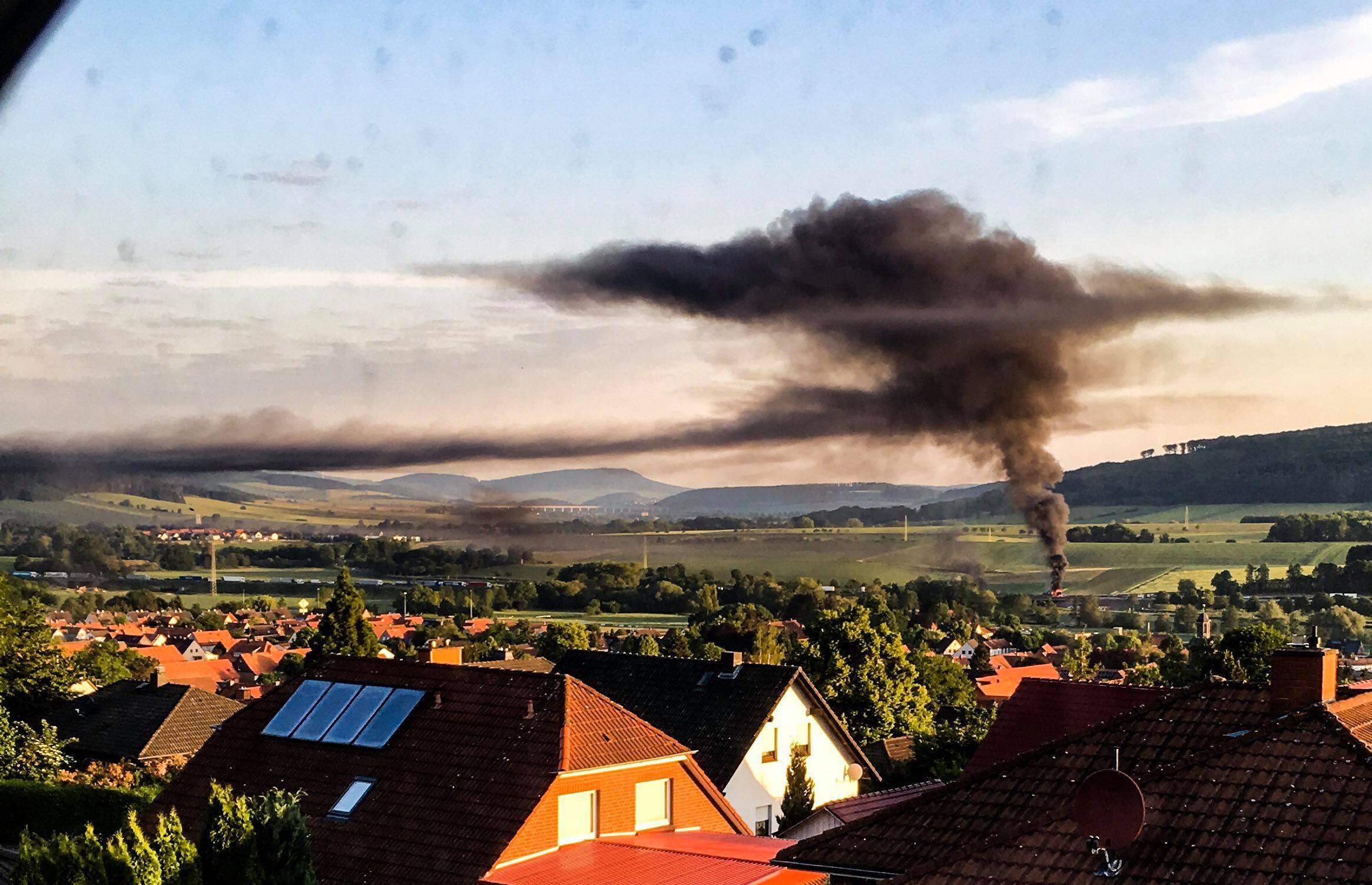 Dichte Rauchsäule über A7: LKW geht bei Echte in Flammen auf