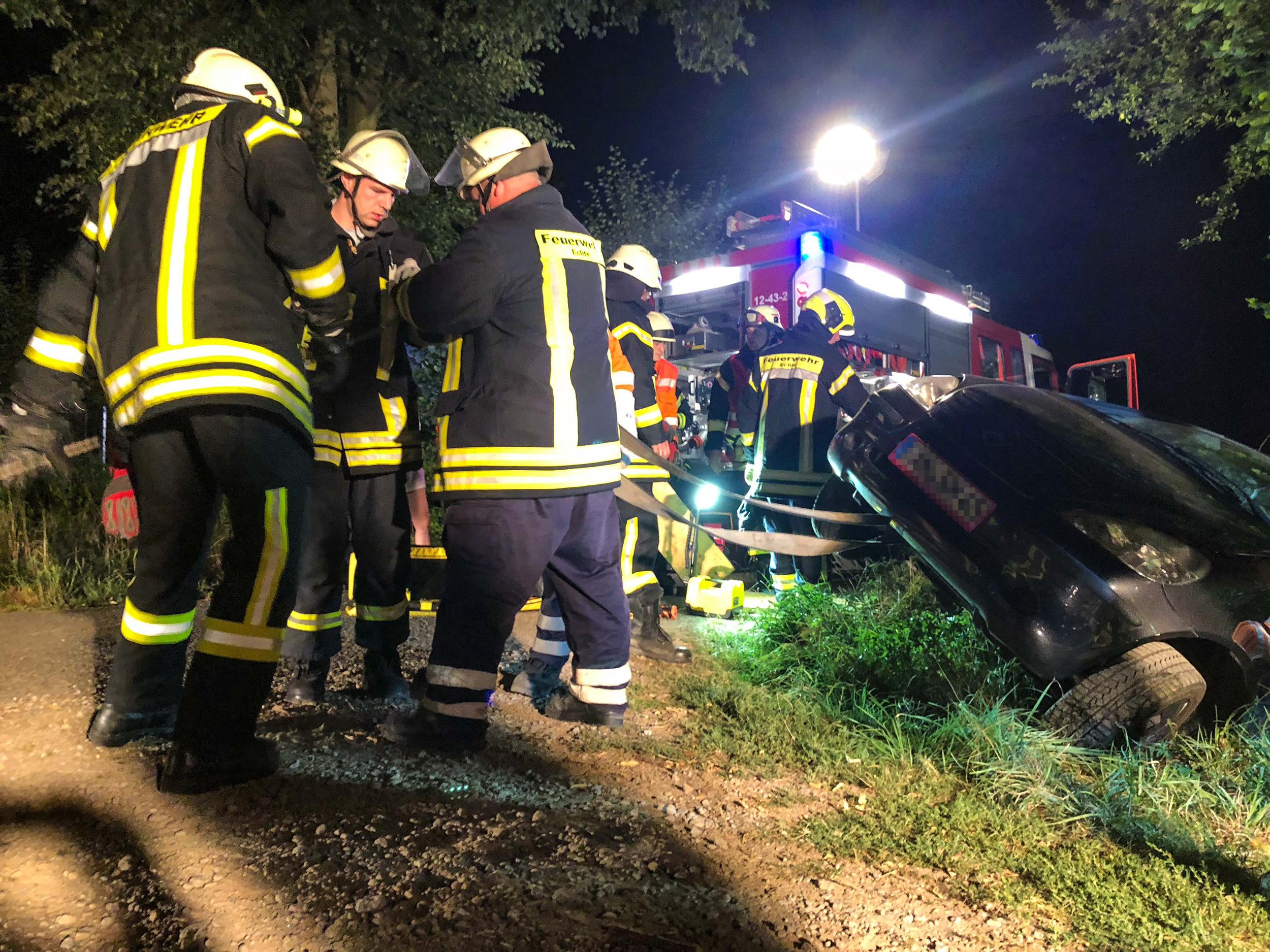 Feuerwehr rettet Frau aus abgestürztem Auto