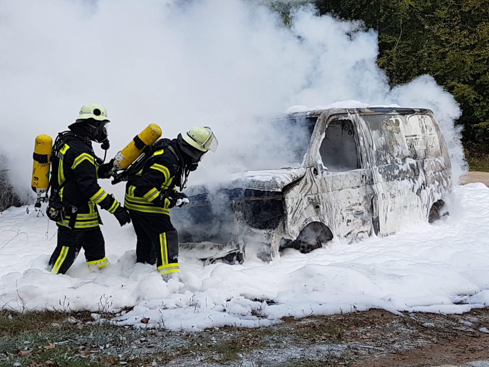 Kleintransporter geht bei Westerhof in Flammen auf