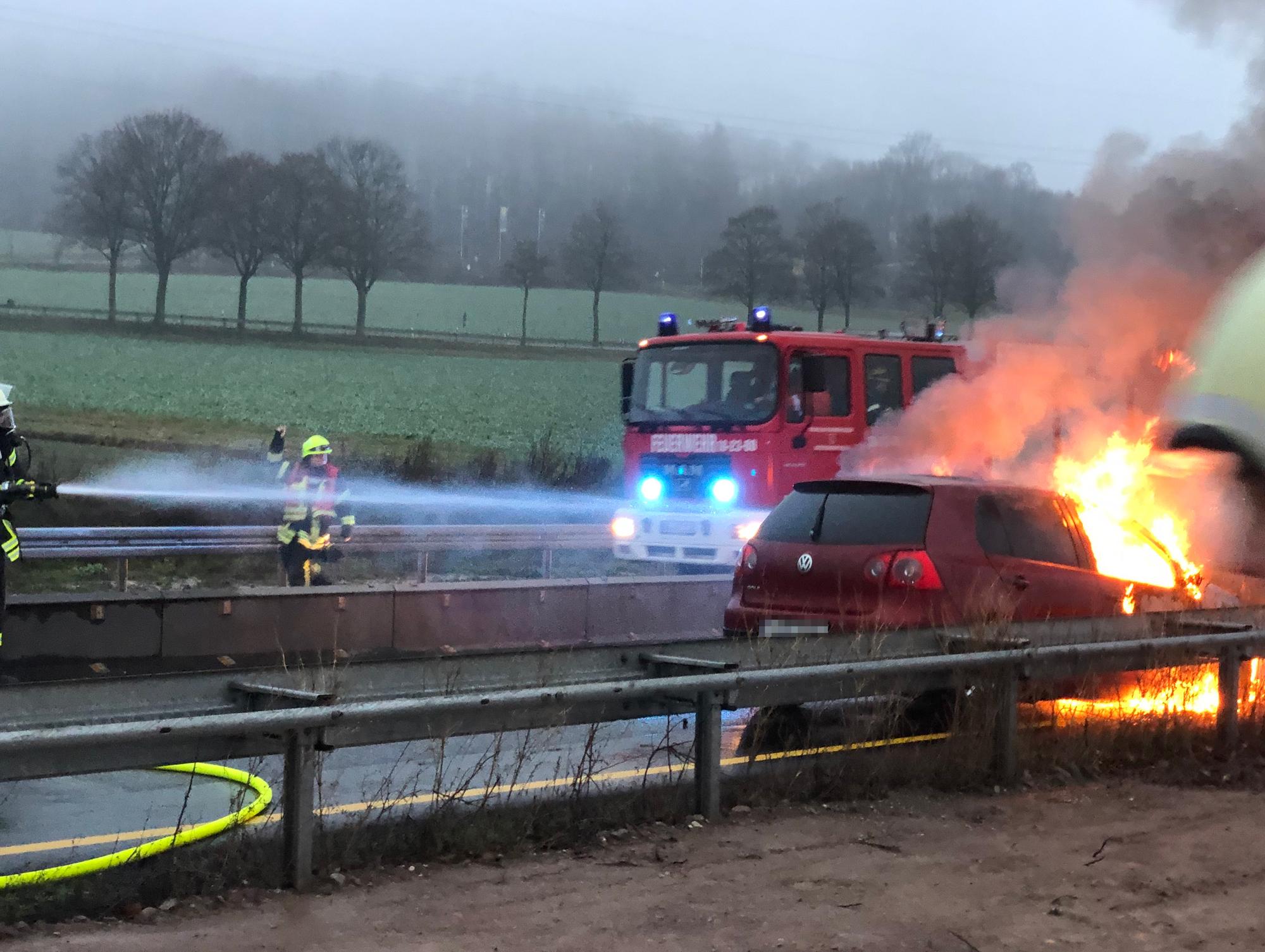PKW-Brand: Auto geht auf A7 bei Echte und Flammen auf
