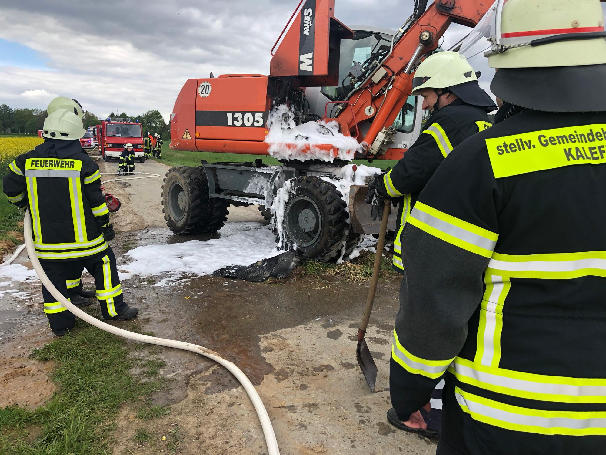 Feuerwehr löscht brennenden Bagger in Düderode
